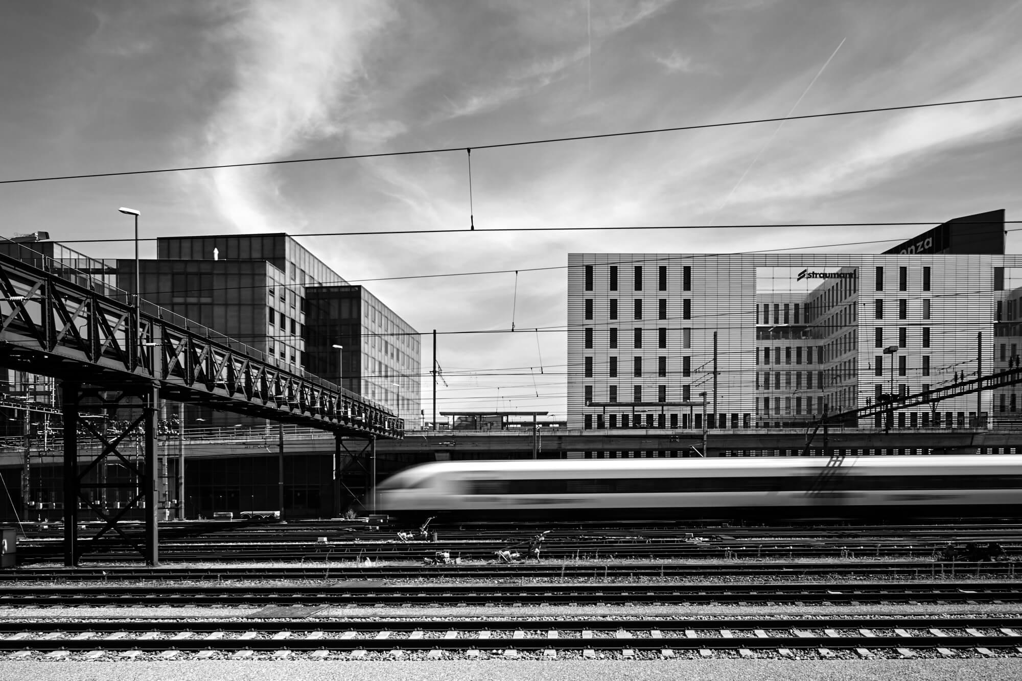 Schwarzweissbild von einem Zug der durchfährt