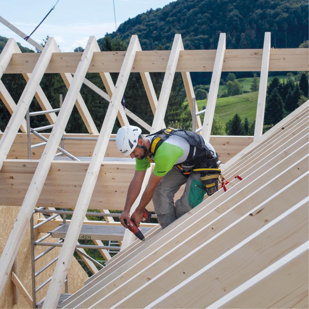 Mann auf einem Dach mit Holzlatten
