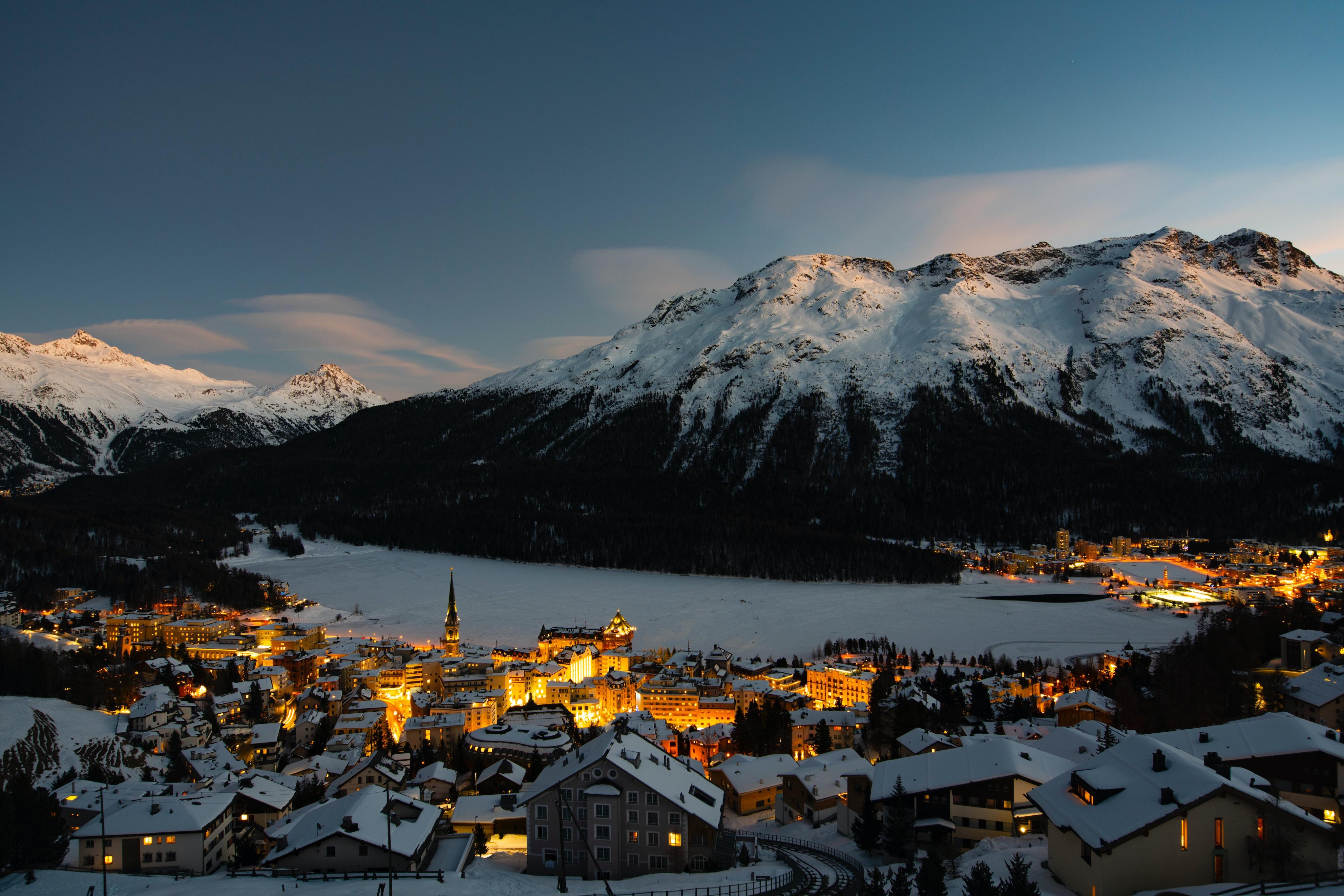 Aussicht auf Dorf, See und Bergen