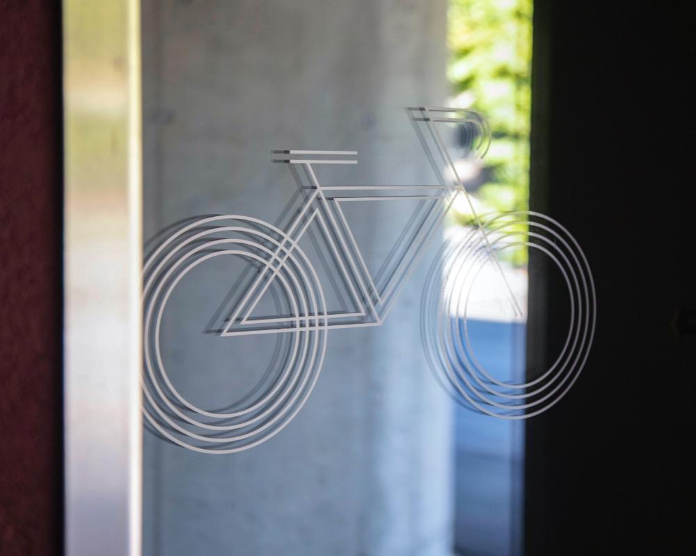 Signaletikbeispiel von einem Fahrrad an Fenster