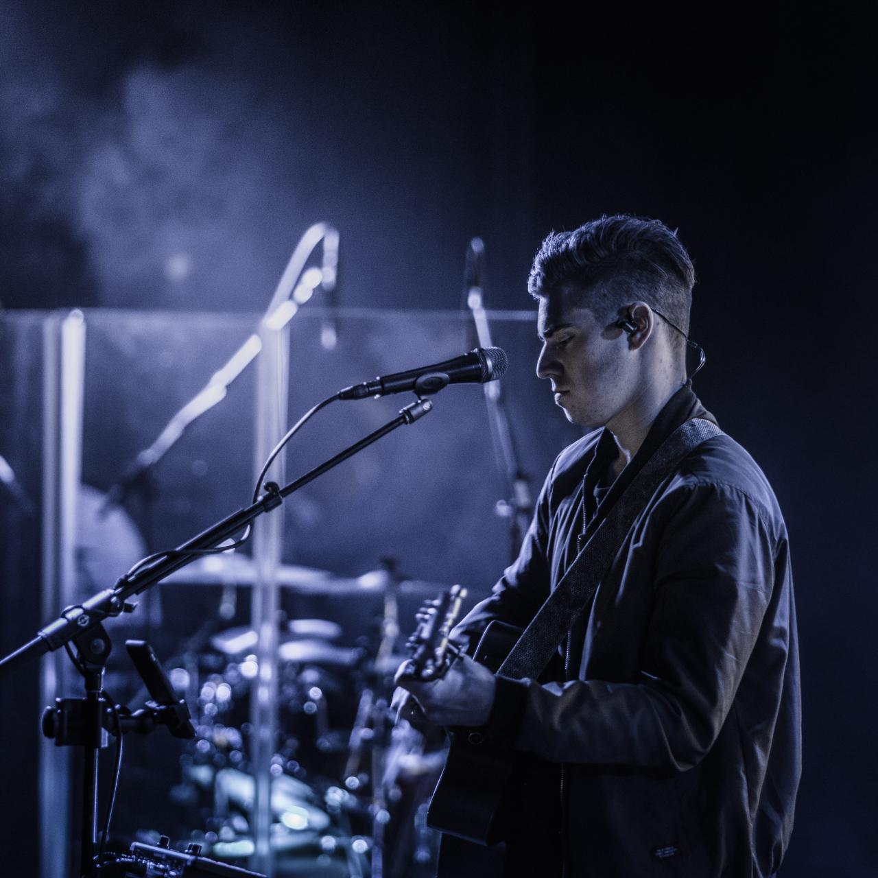 Gitarrenspieler in blauem Licht