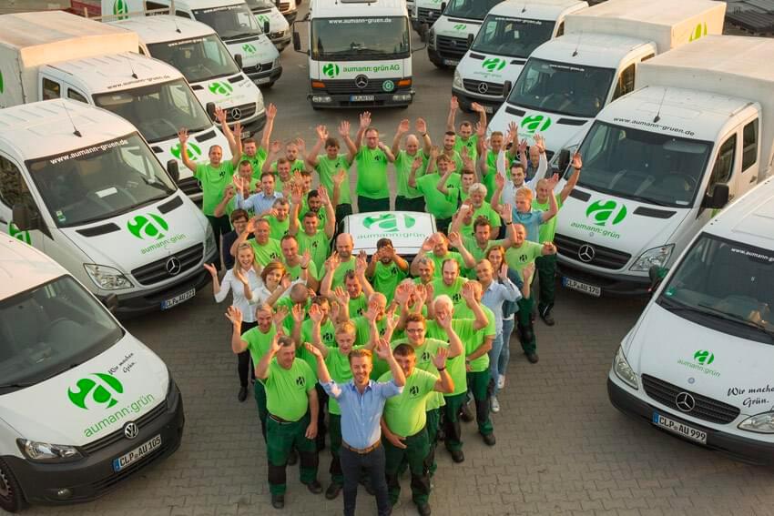 Die aumann:grün AG mit allen Mitarbeitern als Luftaufnahme