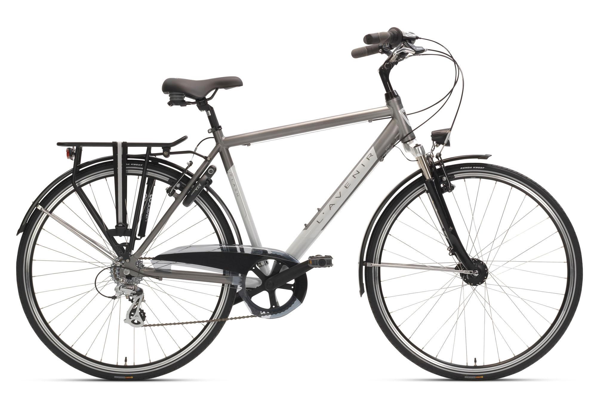 Met de FLASH fiets je veilig in het donker, dankzij de hoogreflecterende spatborden en stickers op het frame en de voorvork. Je beschikt ook altijd over veilige verlichting zonder batterijen, dankzij de voor- en achterlichten met standlichtfunctie op naafdynamo. De 7 versnellingen en aluminium V-brakes maken de FLASH snel en wendbaar voor een soepele rit doorheen de stad.