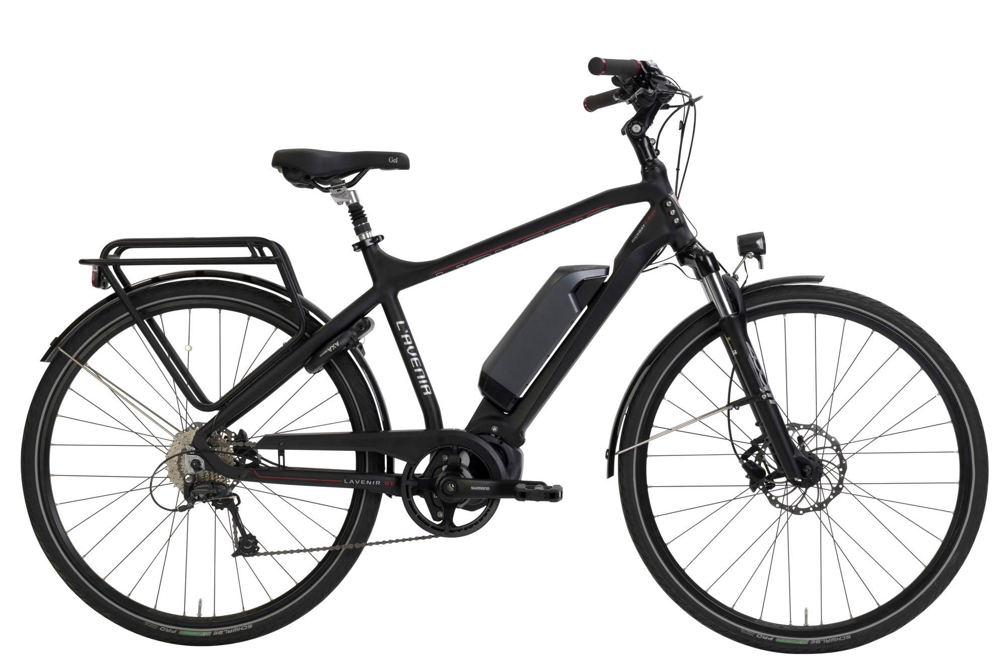 De HIGHWAY is een sportieve e-bike, uitgerust met dekrachtige Shimano E6100 motor, waarmee je moeiteloos hellingen neemt of snelaccelereert. De hydraulische schijfremmen bieden je veilig en optimaal remcomfort.Het gestroomlijnde frame met volledig glad afgewerkte lasnaden geeft deze fietseen dynamisch en strak uiterlijk.