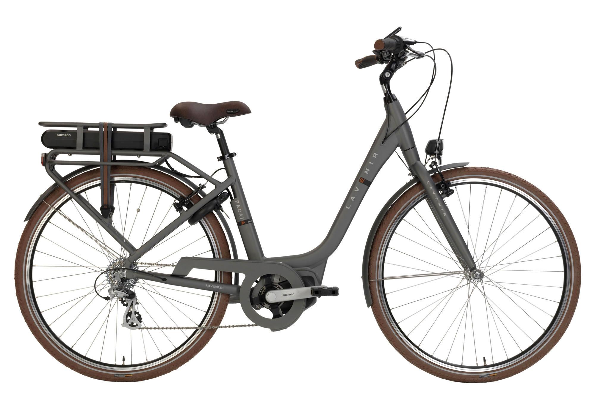 Deze stijlvolle e-bike is uitgerust met het ShimanoSteps E5000-systeem en beschikt over 7 derailleur versnellingen en V-brakes. Zo ben je verzekerd van een lichtlopende fiets aan een lichte prijs! Beter vind je het niet.