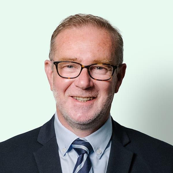 Profielfoto met groene achtergrond van Ten Anker teamlid Bart Depelchin (directeur)