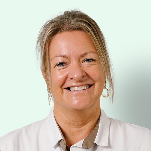 Profielfoto met groene achtergrond van Ten Anker teamlid Christel Verslype