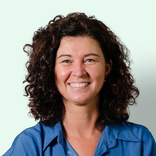Profielfoto met groene achtergrond van Ten Anker teamlid Els Vermet