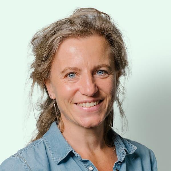 Profielfoto met groene achtergrond van Ten Anker teamlid Griet Van Cauwenberghe