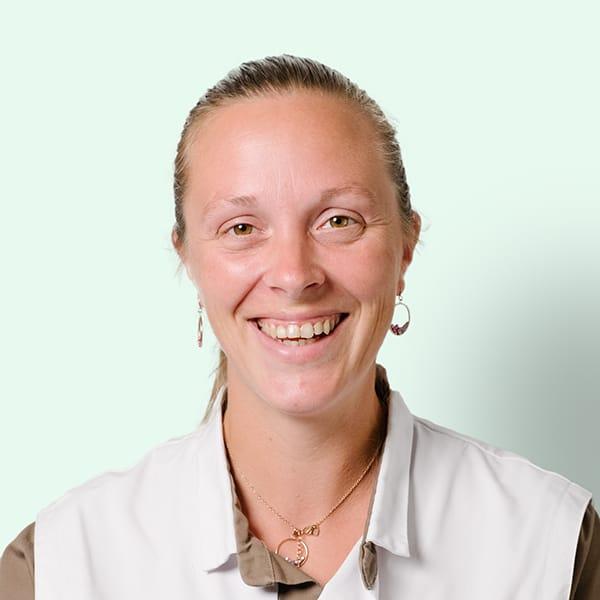Profielfoto met groene achtergrond van Ten Anker teamlid Emilie Cailliau