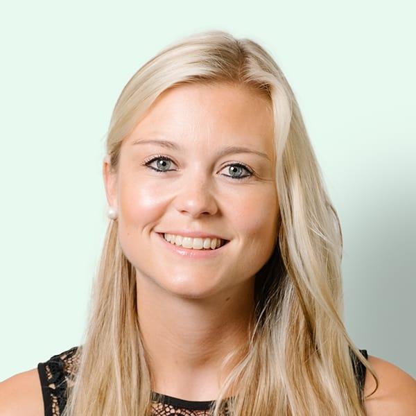 Profielfoto met groene achtergrond van Ten Anker teamlid Lisa Goemaere (logopediste)