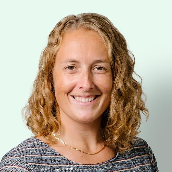Profielfoto met groene achtergrond van Ten Anker teamlid Nathalie Vanmarcke (diëtiste en diabeteseducator)
