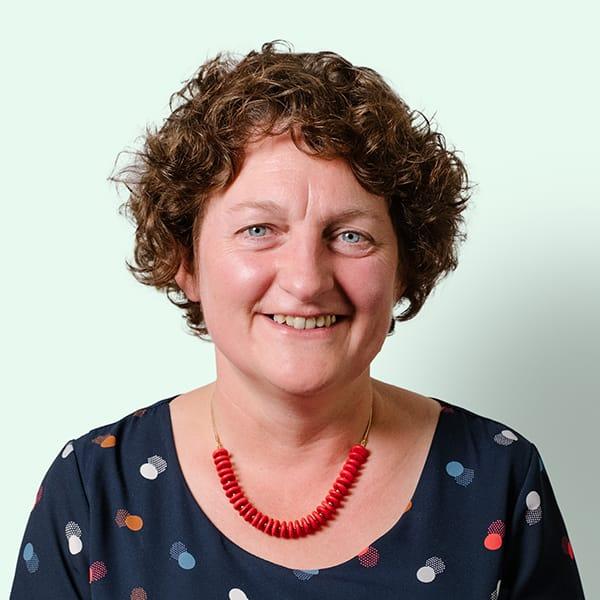 Profielfoto met groene achtergrond van Ten Anker teamlid Mieke Vanparijs