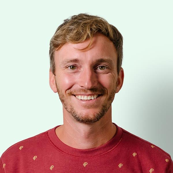 Profielfoto met groene achtergrond van Ten Anker teamlid Ruben Dehuvyne (referent dementie)