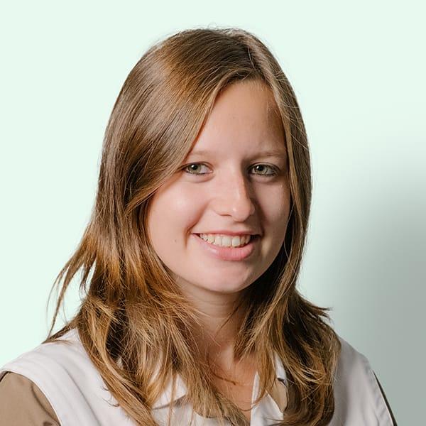 Profielfoto met groene achtergrond van Ten Anker teamlid Speciosa Copin