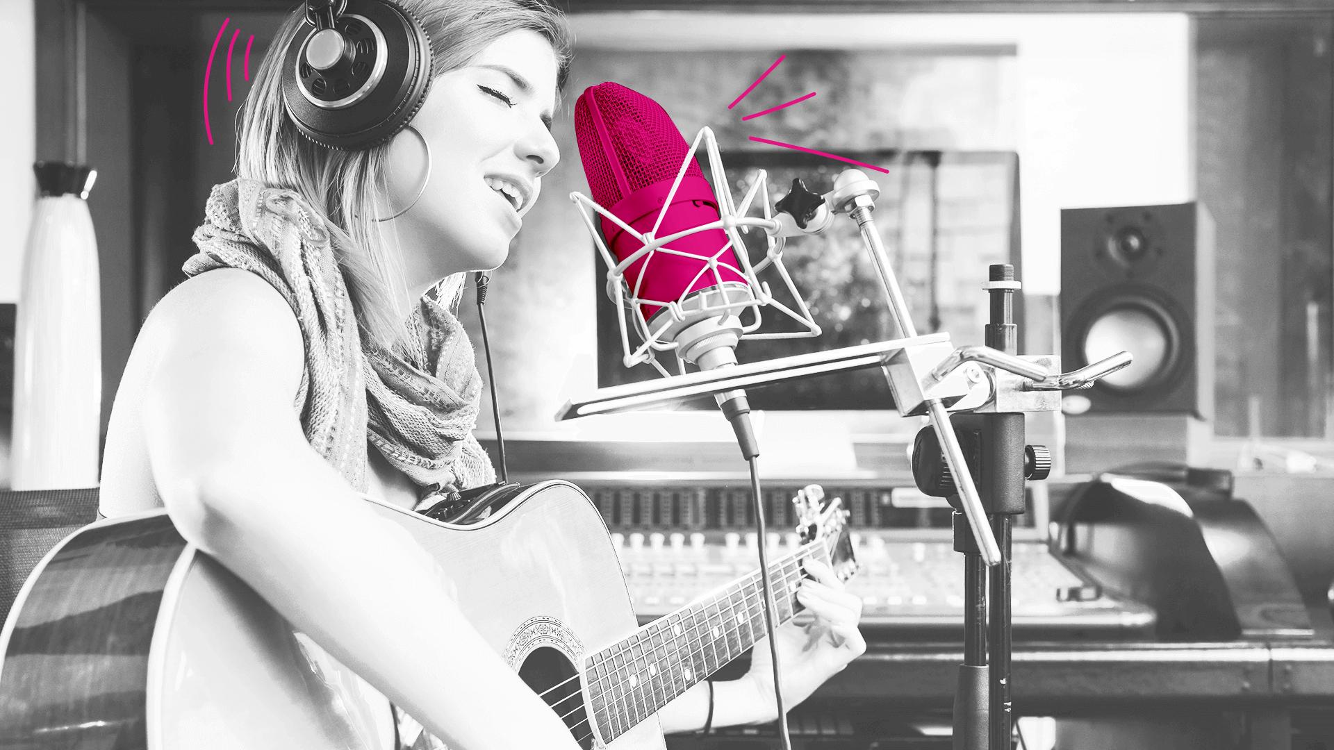 mulher tocando violão e cantando com microfone rosa