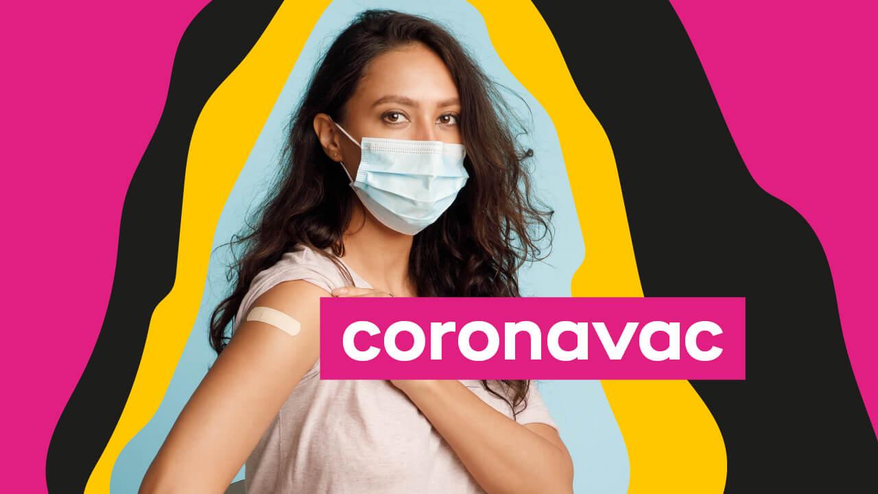 mulher de máscara tomando vacina coronavac