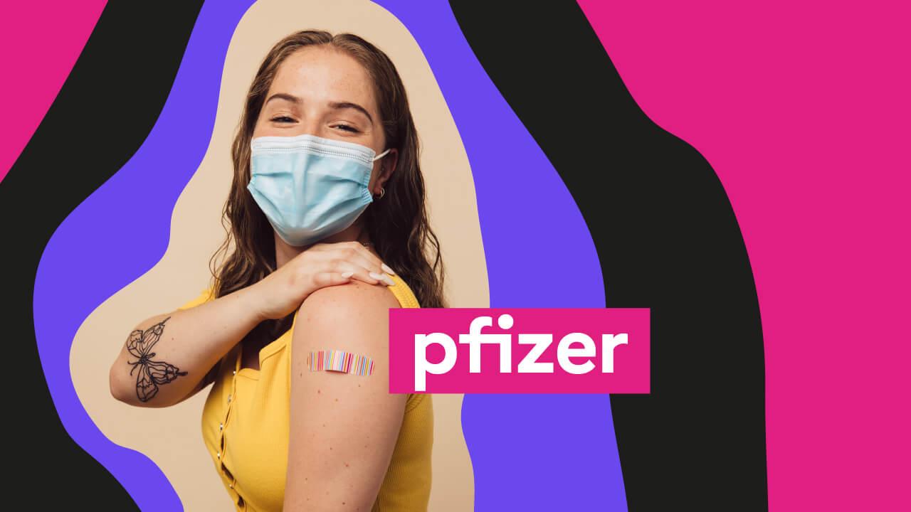 mulher tomando vacina da Pfizer