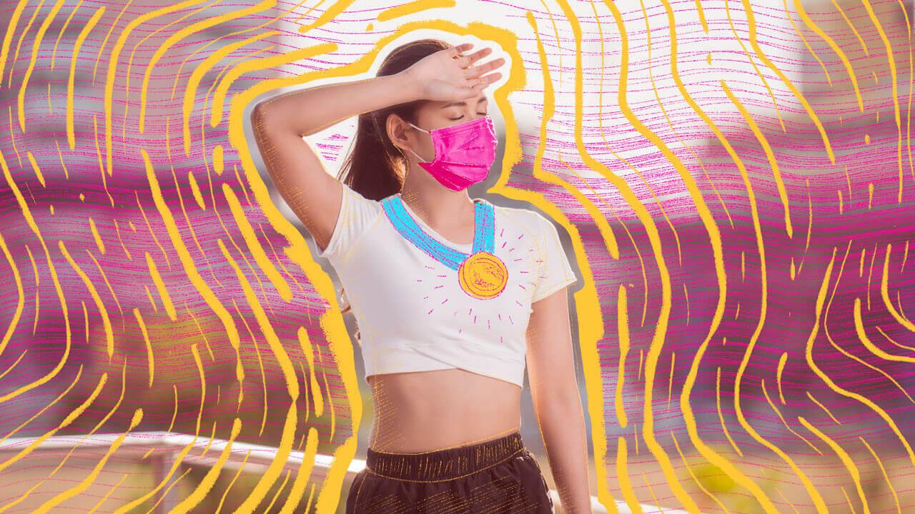 mulher se exercitando de máscara