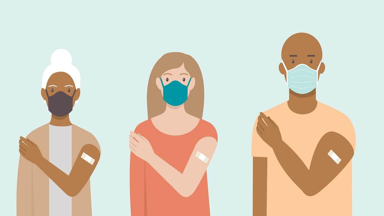 pessoas de máscara e vacinadas