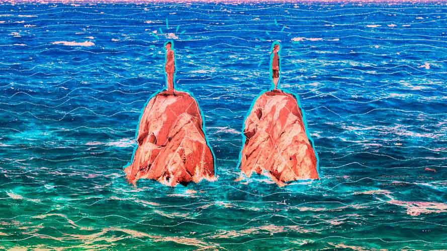 duas pessoas em cima de uma pedra separadas pelo mar