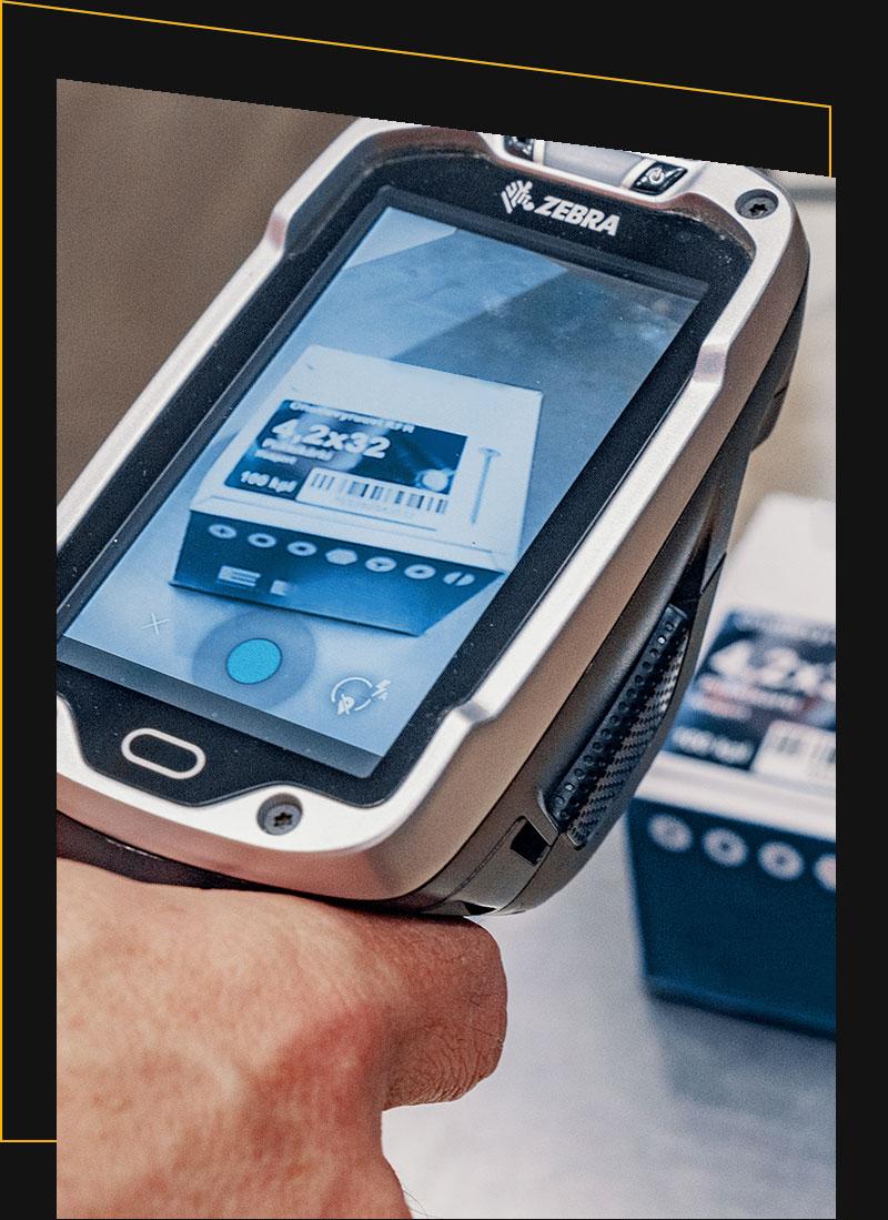 Ein Handscanner mit Fotofunktion wird von einer Person gehalten
