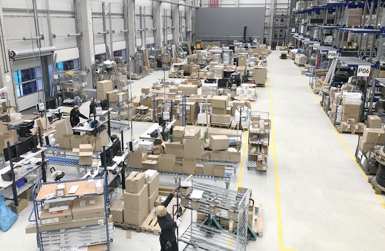 Hochbetrieb an den Packplätzen des neuen Moster Logistikzentrums.