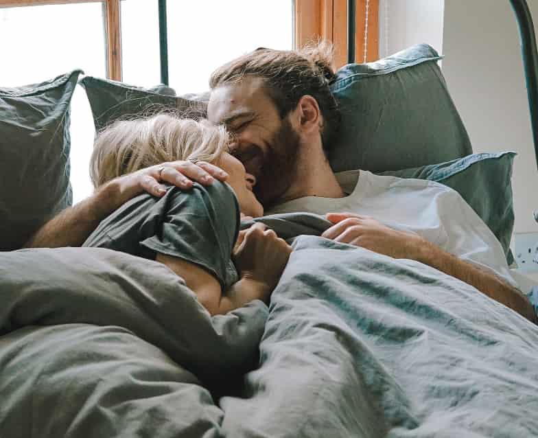 Paar im Bett kuscheln