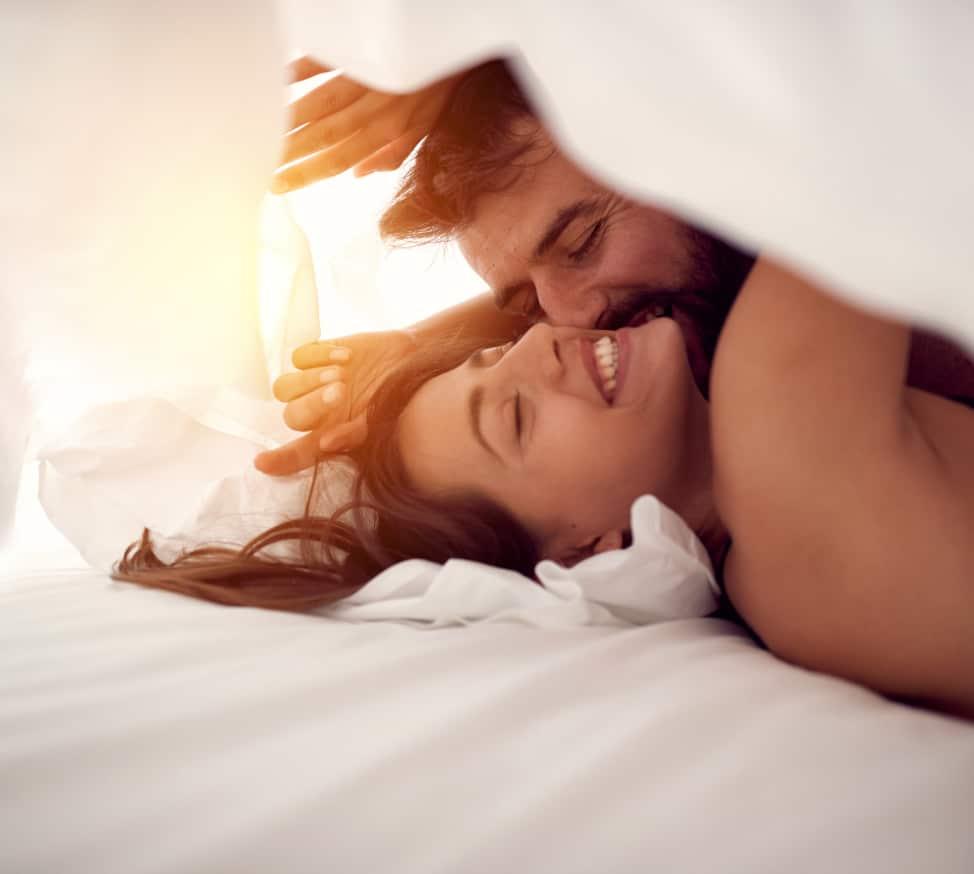 Verliebtes Paar unter der Bettdecke | Spring