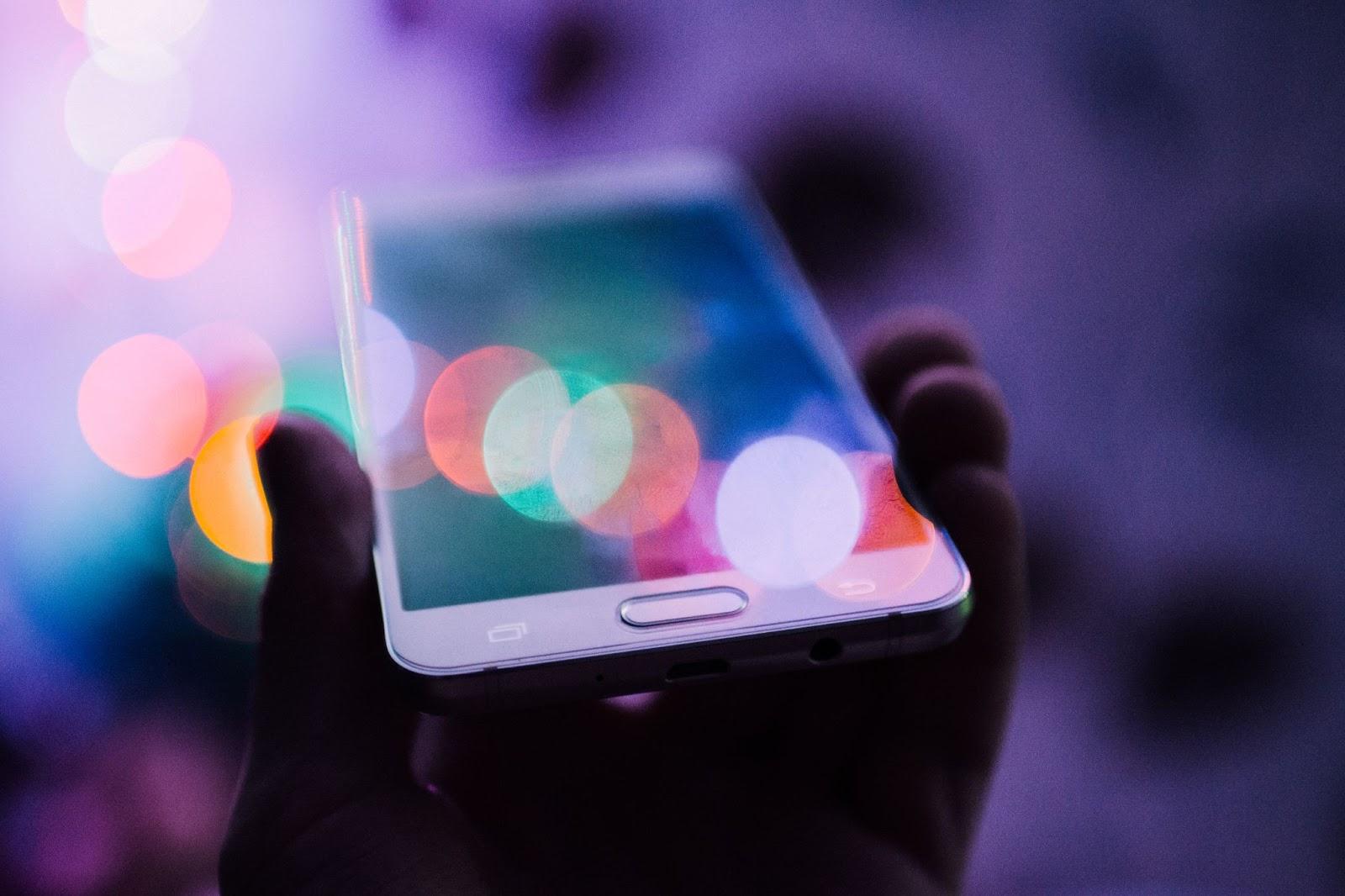 Una imagen de un teléfono inteligente que se sostiene.