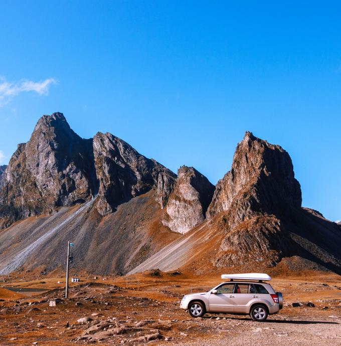 Vehículo SUV en un desierto