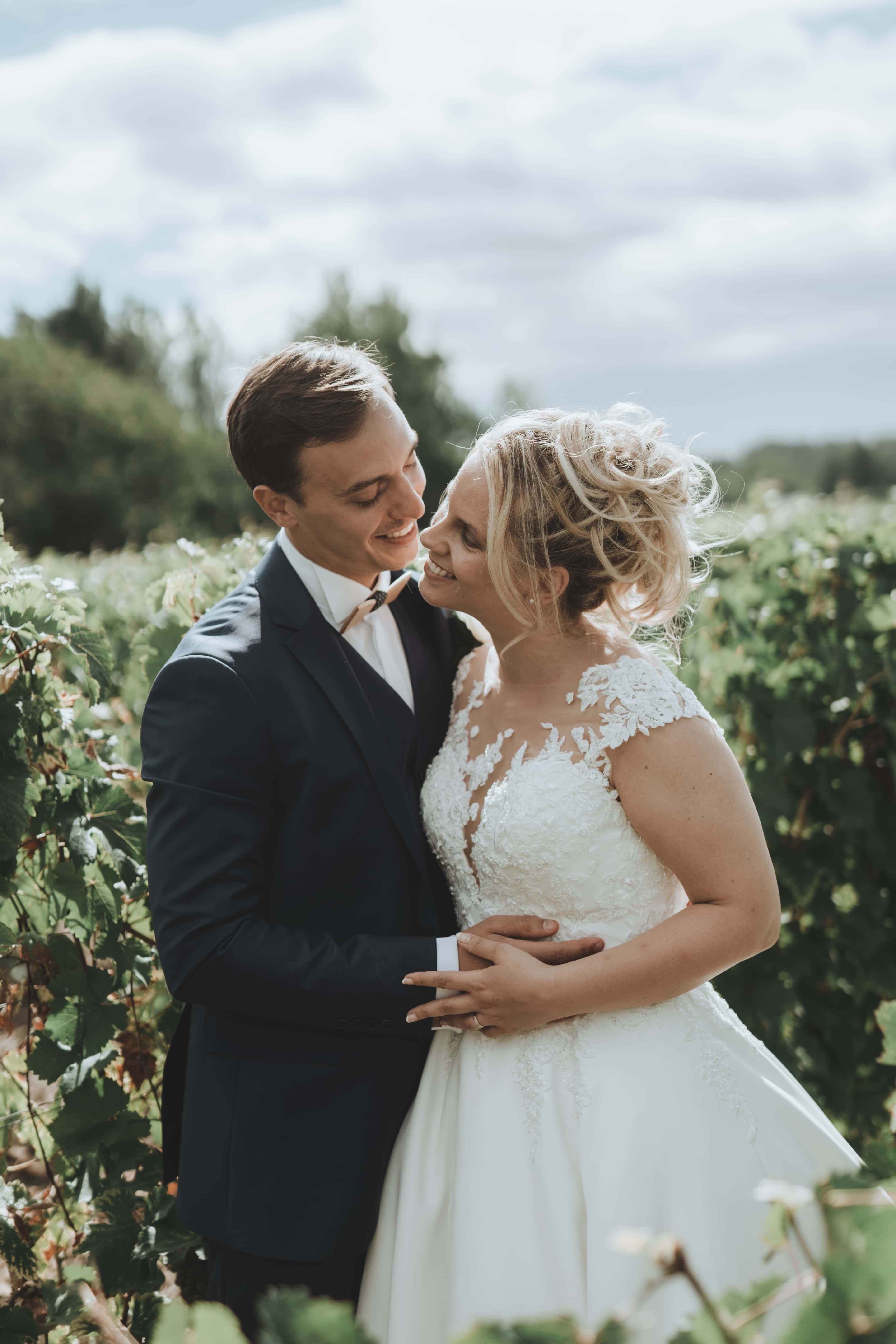 Le couple dans les vignes du château
