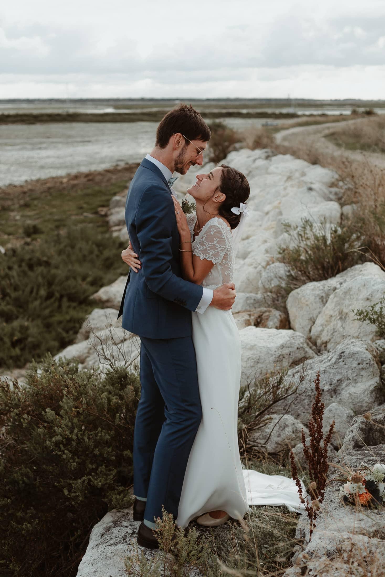 Le couple sur le bord de mer à l'île de Ré