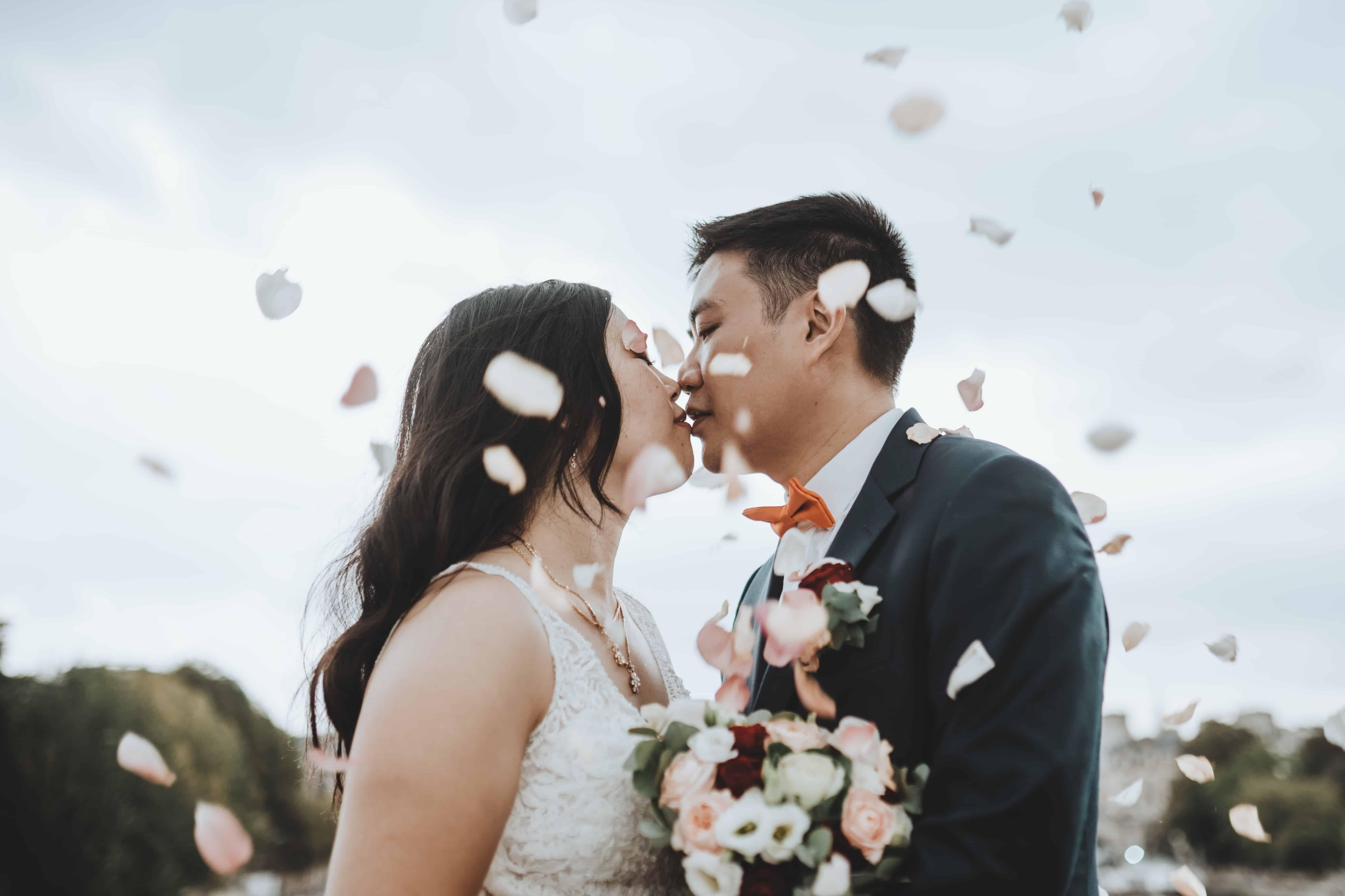Le couple à la sortie de la cérémonie, arrosé de pétales de rose