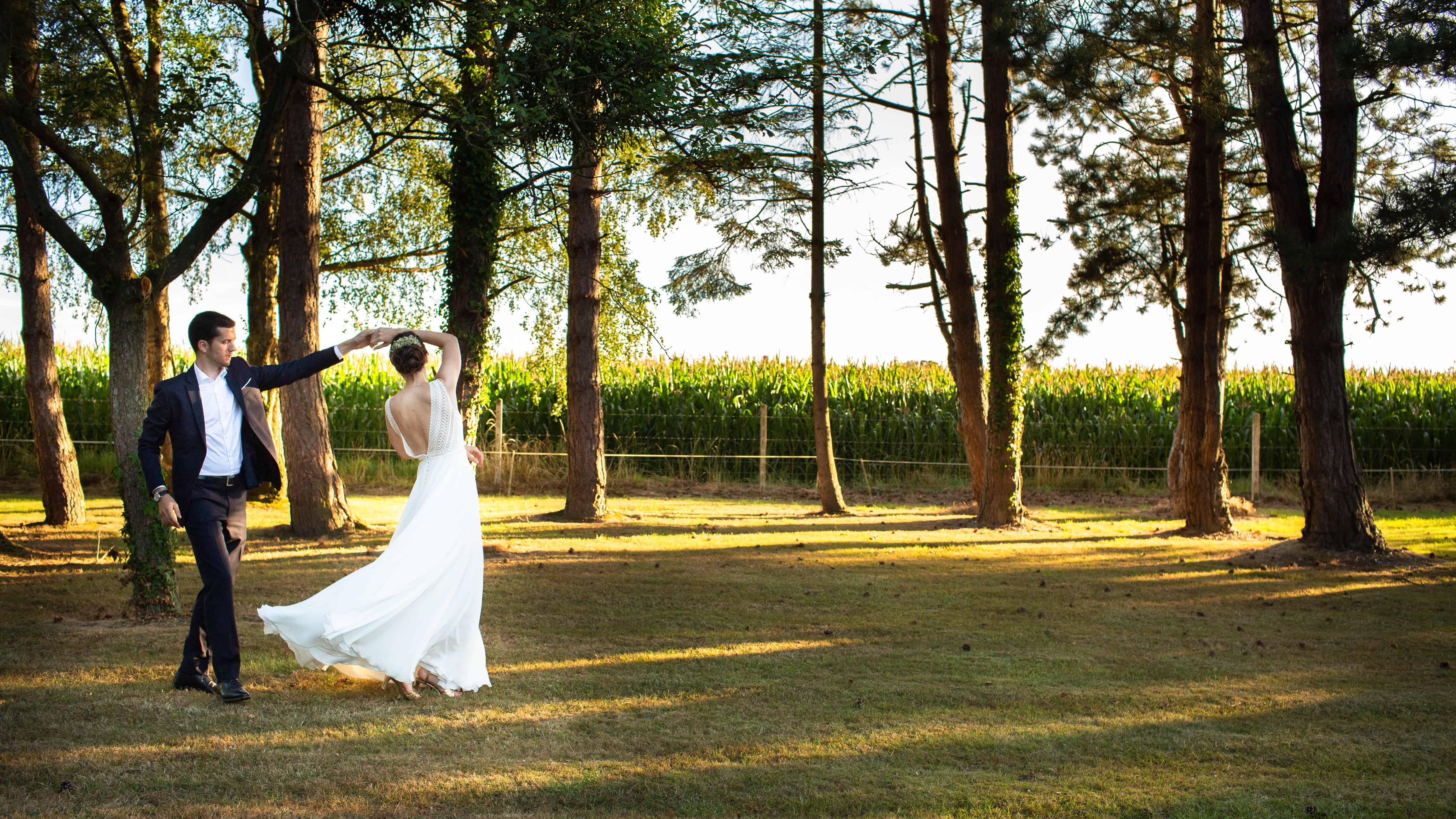 Le couple dansant sur l'herbe