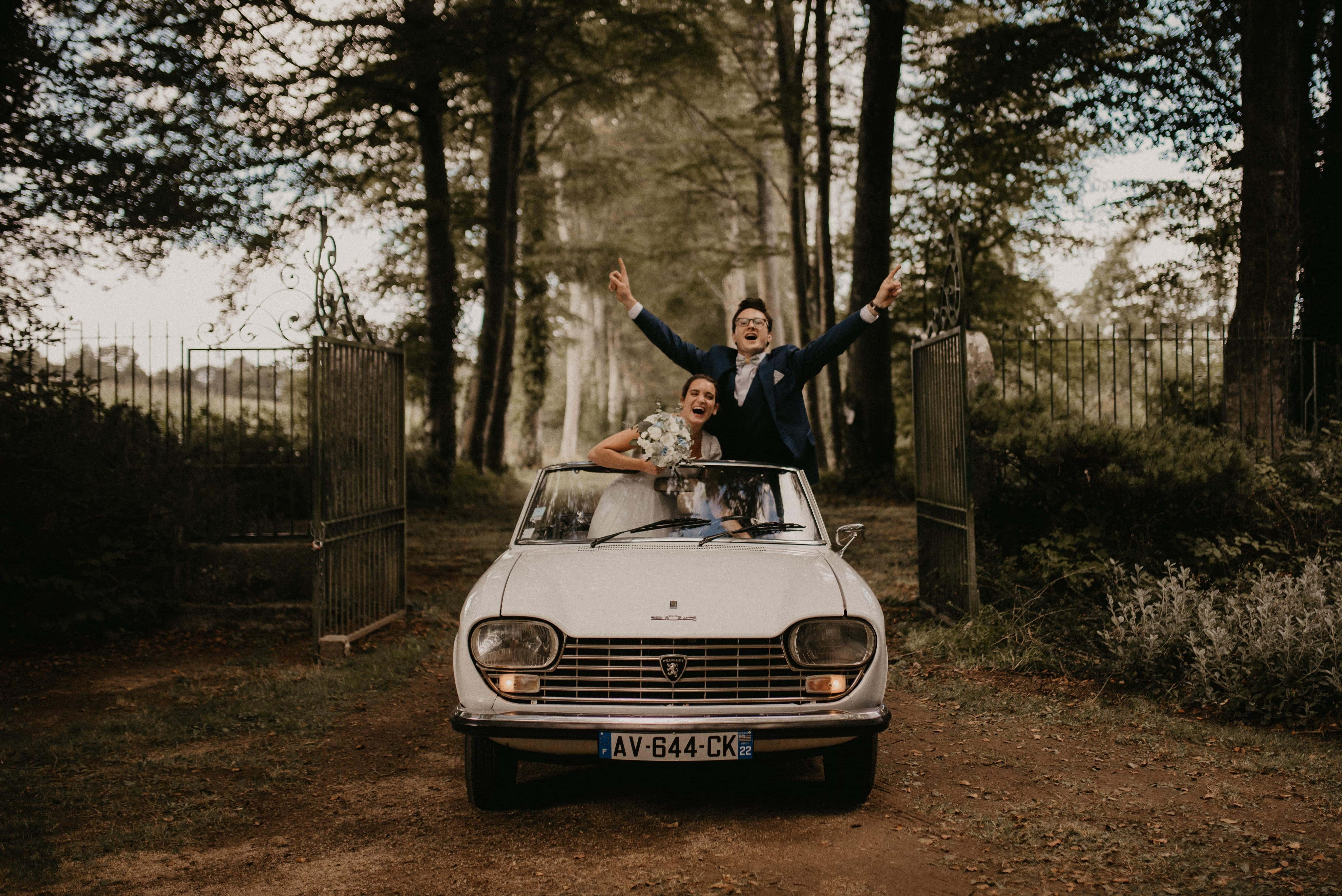 Le couple arrivant en voiture au château pour la réception