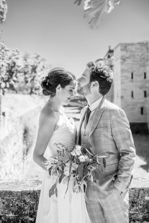 Le couple devant le château de Vincennes