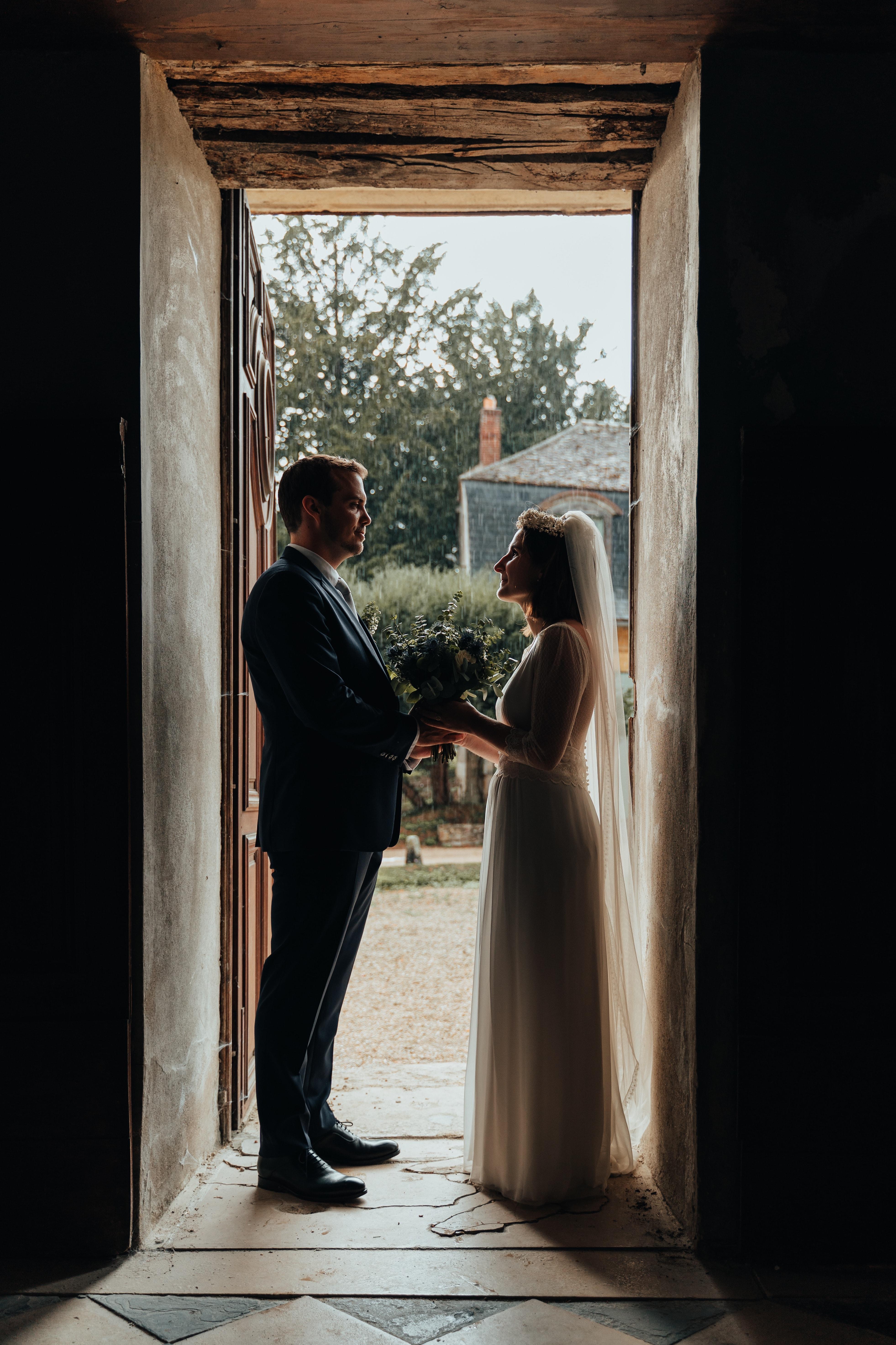 Le couple à la sortie d'une petite chapelle