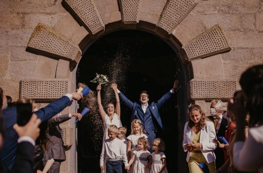 Mariés à la sortie d'une église