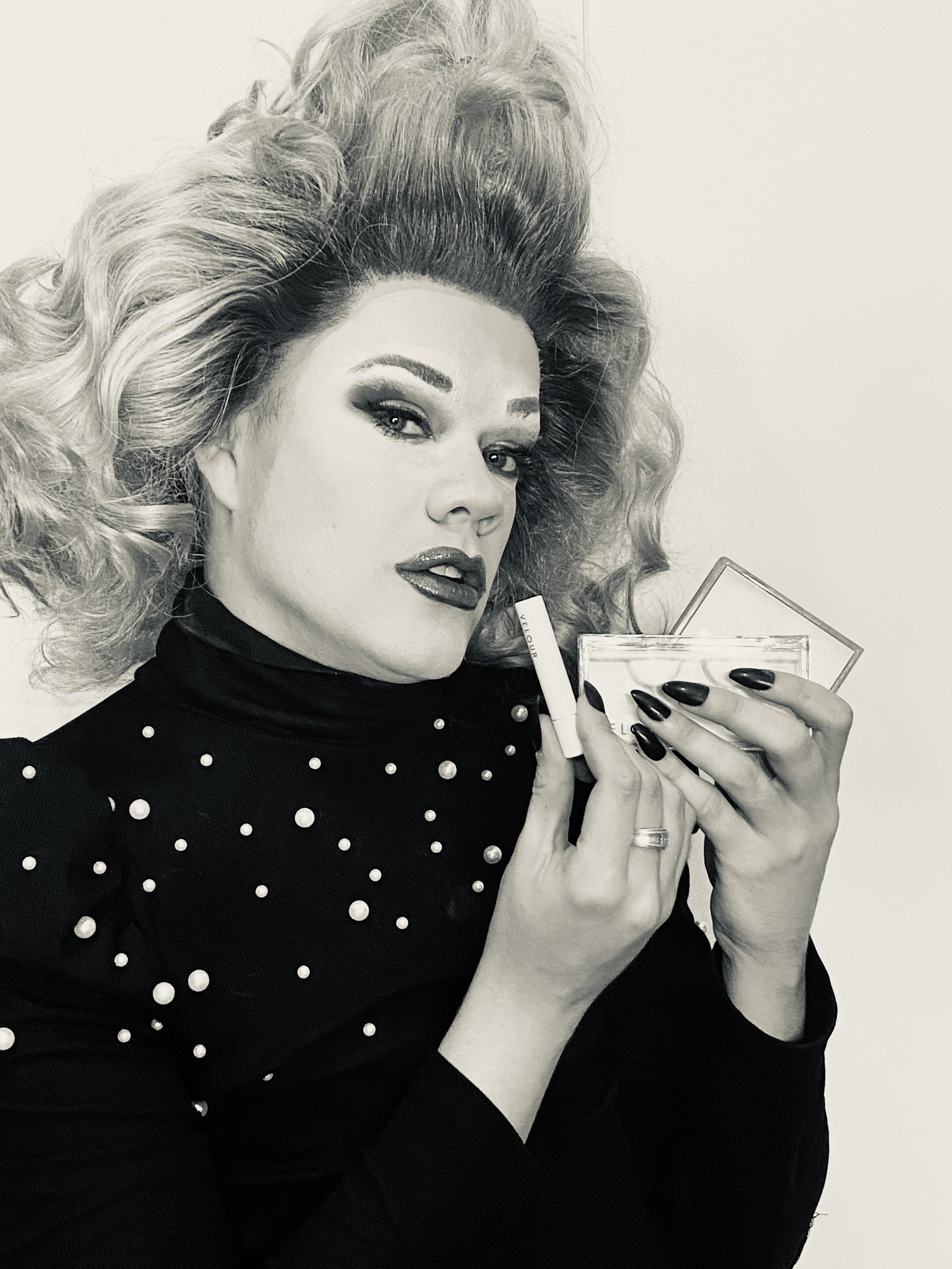 Jordi-Deelight-applies-makeup