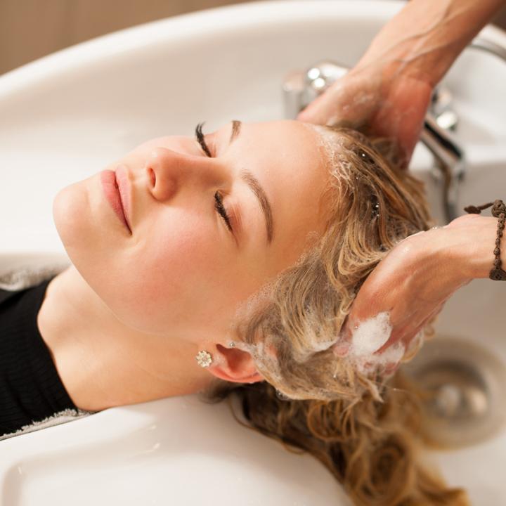Ile kosztuje zabieg keratynowy i inne sposoby na piękne włosy