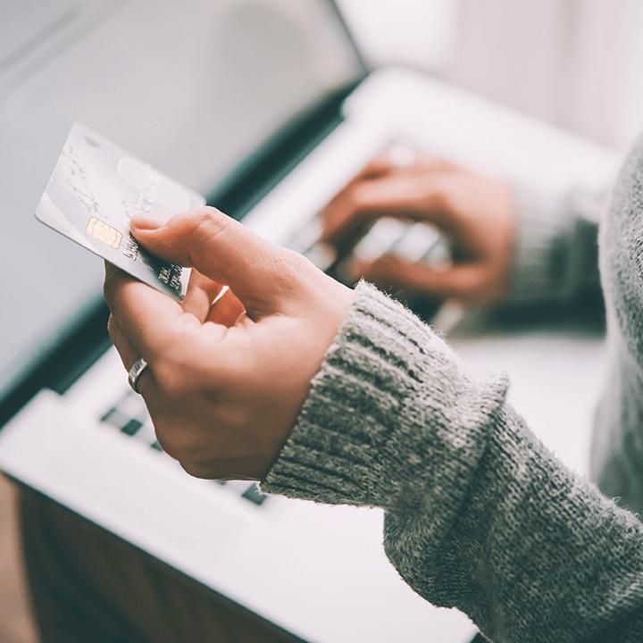 Transakcja odrzucona a pieniądze pobrane z konta – jak wygląda reklamacja płatności kartą?