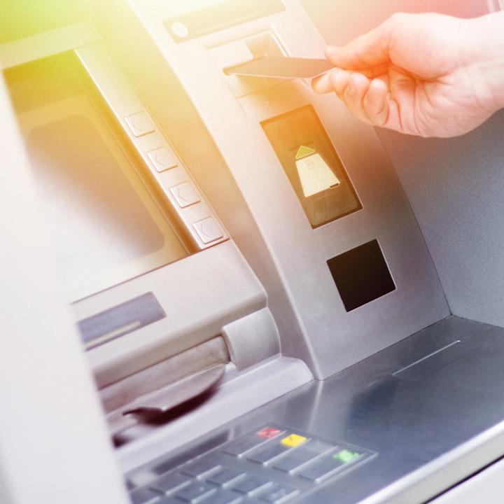 Co zrobić, gdy bankomat nie wypłacił pieniędzy, a pobrał środki z konta?