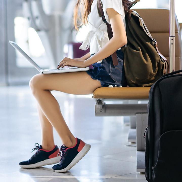 Laptop w samolocie – przewożenie, przepisy, ubezpieczenie