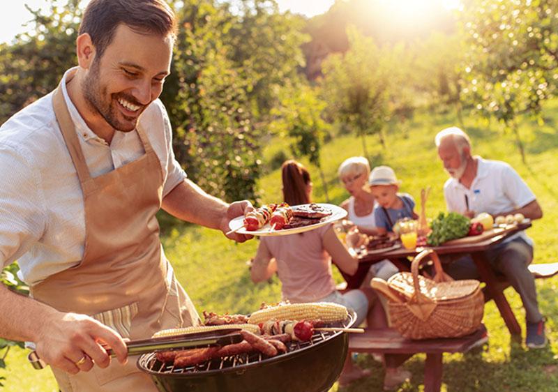 Sezon na grilla! Jaki grill na balkon, taras i do ogrodu? Ile kosztują grille?