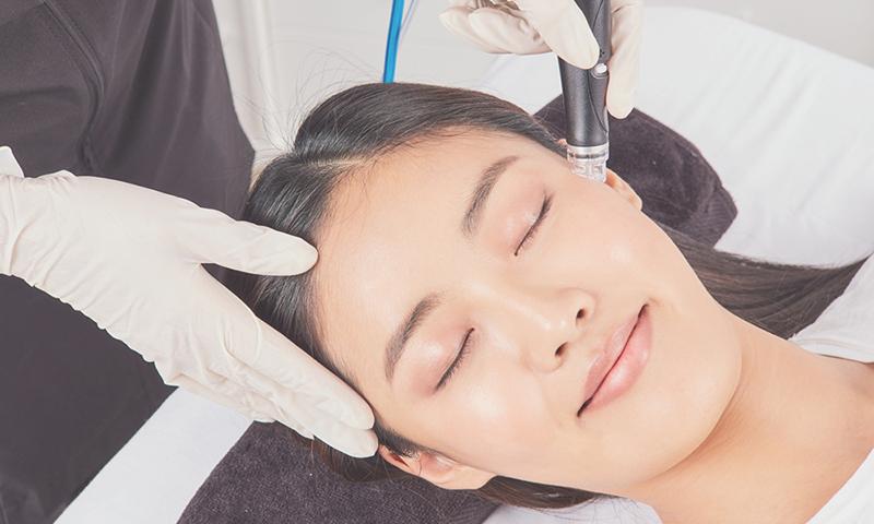woman enjoying a hydrafacial treatment