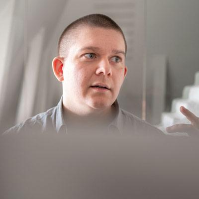 Kalle CTO på Zensum vid sin dator