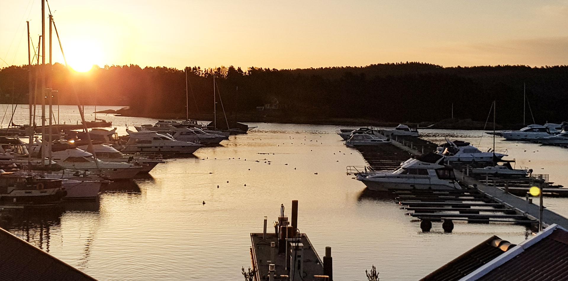 BIlde av båtplassen i solnedgang