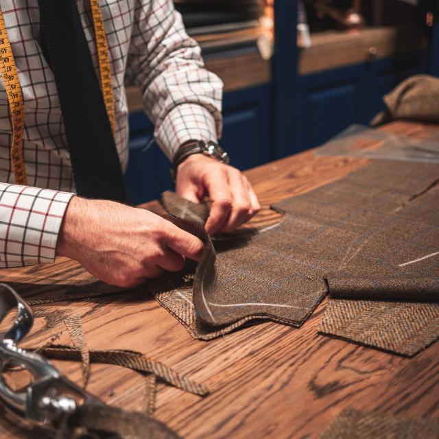 Kontoer Turnhout Retouche atelier handen die reparatie doen
