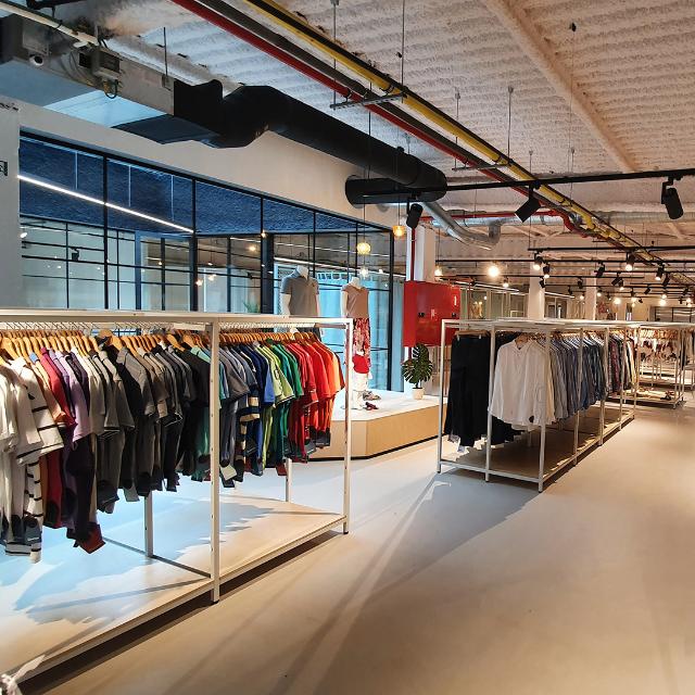 Kontoer Turnhout Boetiek tweedehands kledij rekken